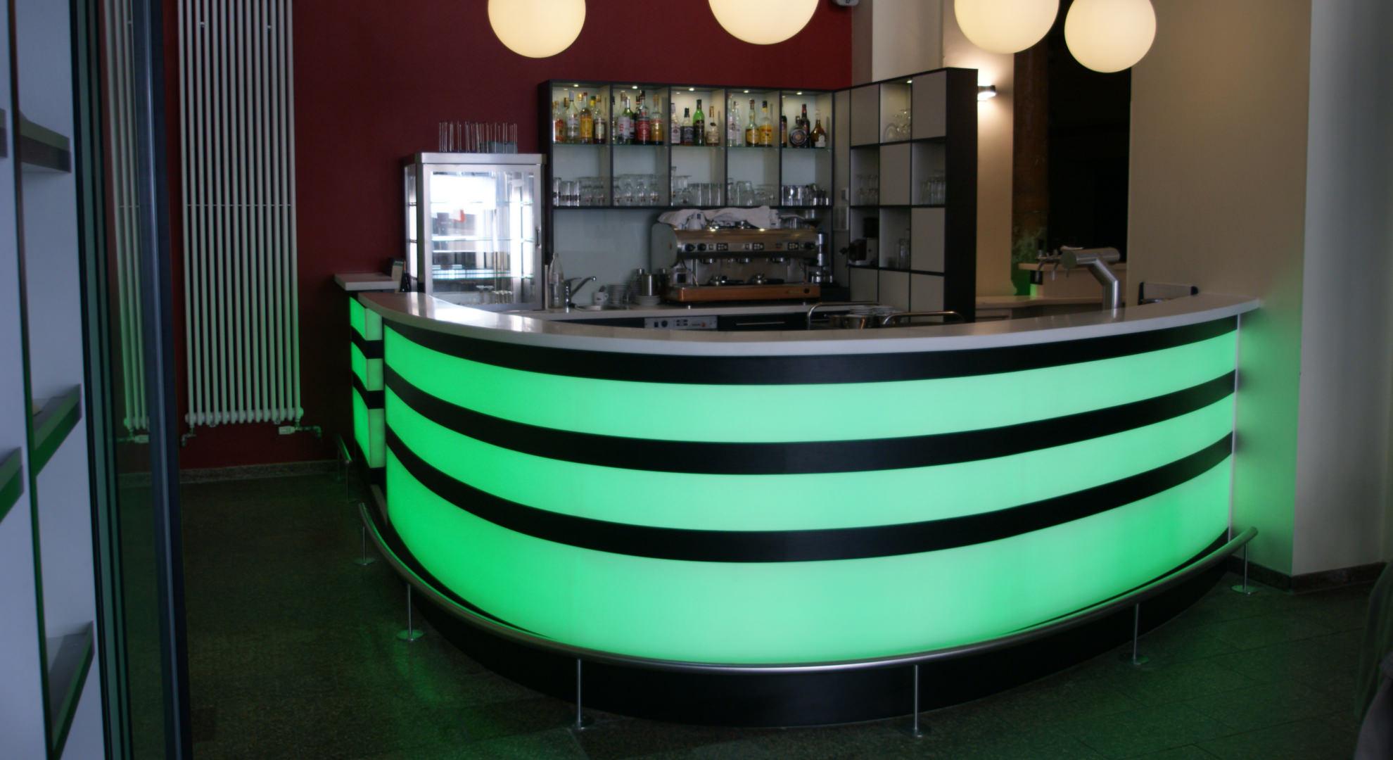 Kaffeebar aus farbig hinterleuchtetem Corian in Aachen