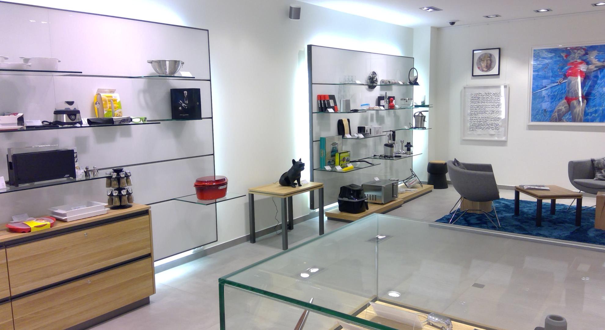 Moderne helle Ladeneinrichtung aus Holz und Glas