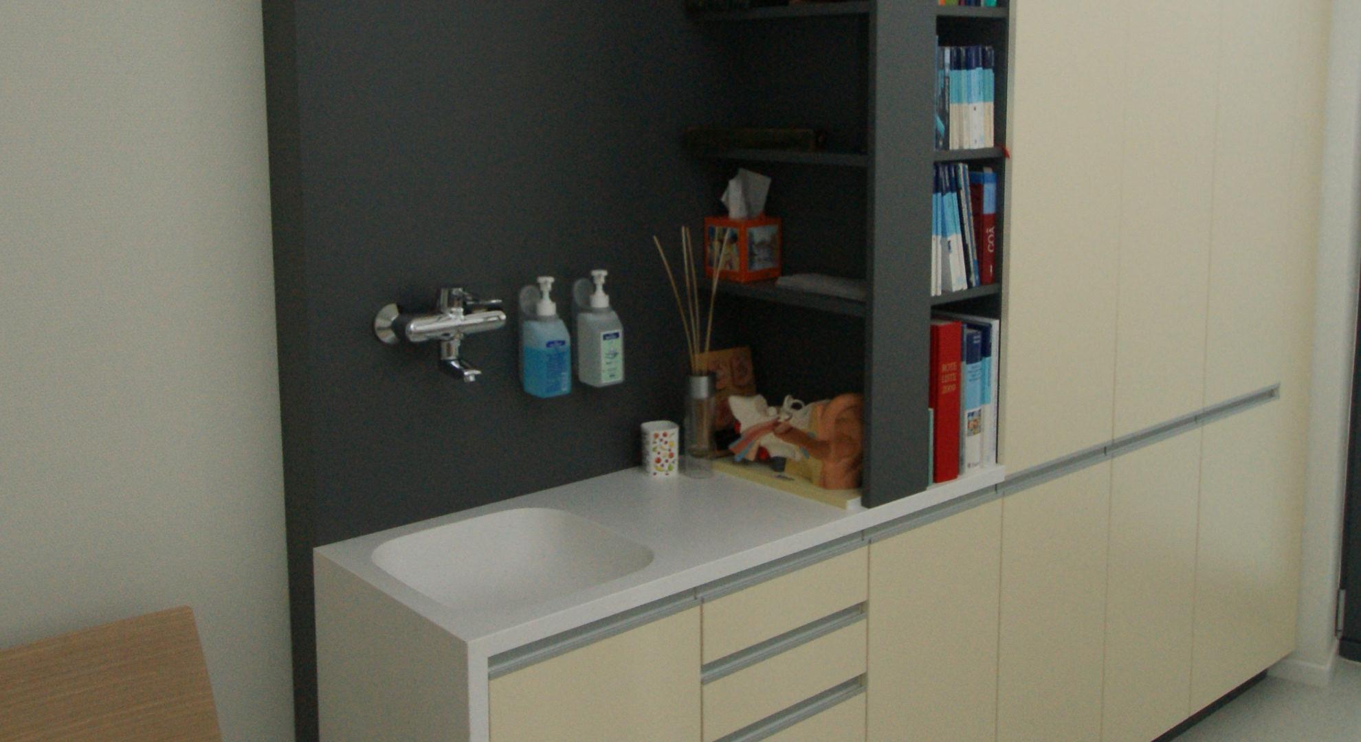 Behandlungszimmer in einer Arztpraxis mit Becken aus Corian