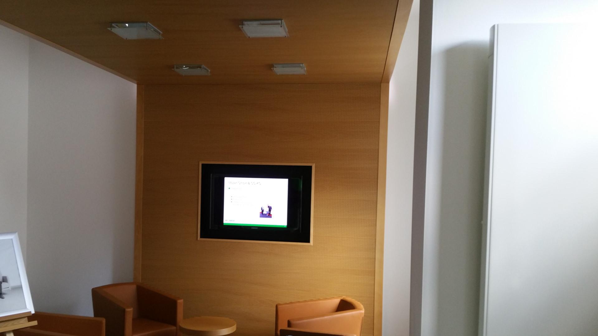 Buche Schallschutzdecke in einem Wartebereich