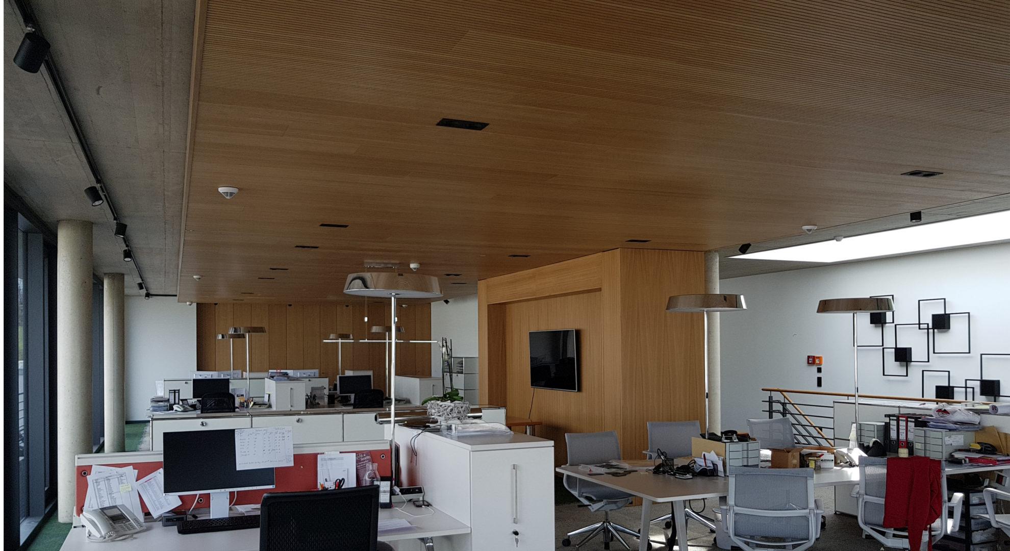 Bürodecke mit Akustik und Klimalagen Einbau in Eiche hell