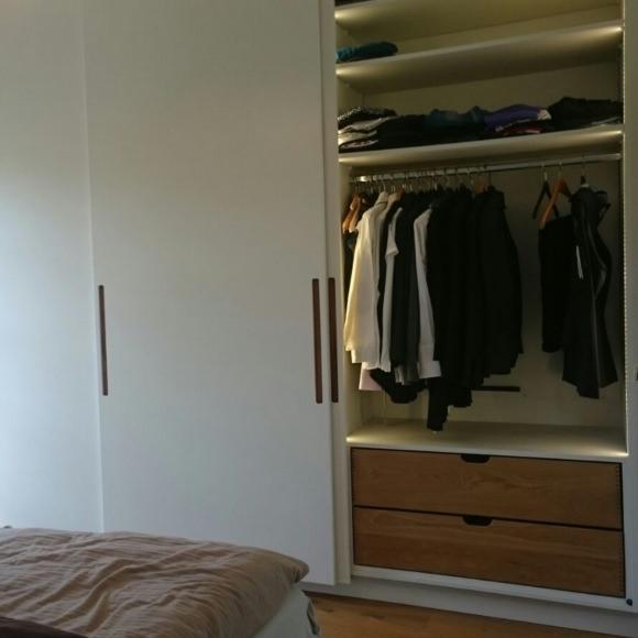 Kleiderschrank mit Schiebetüren in weiß matt