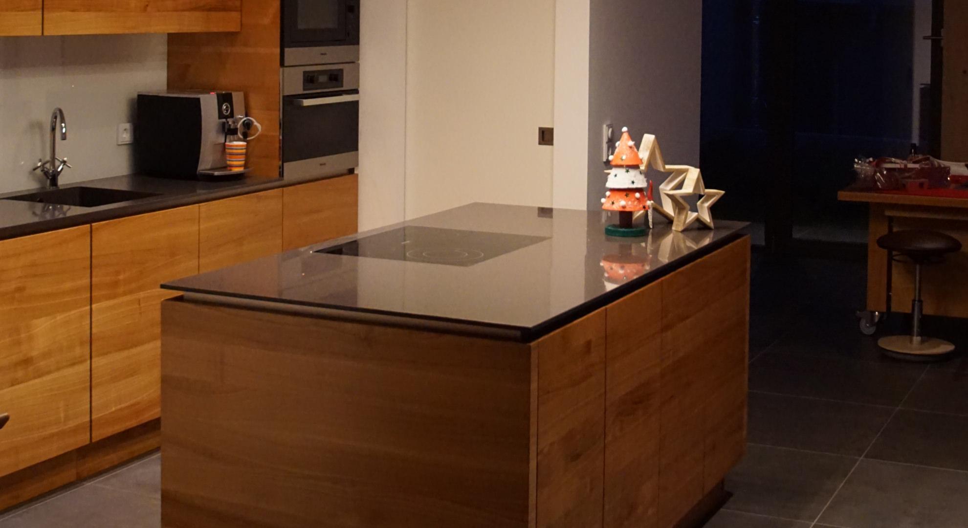 Kücheninsel mit Corian Platte und Front in Kirschbaum