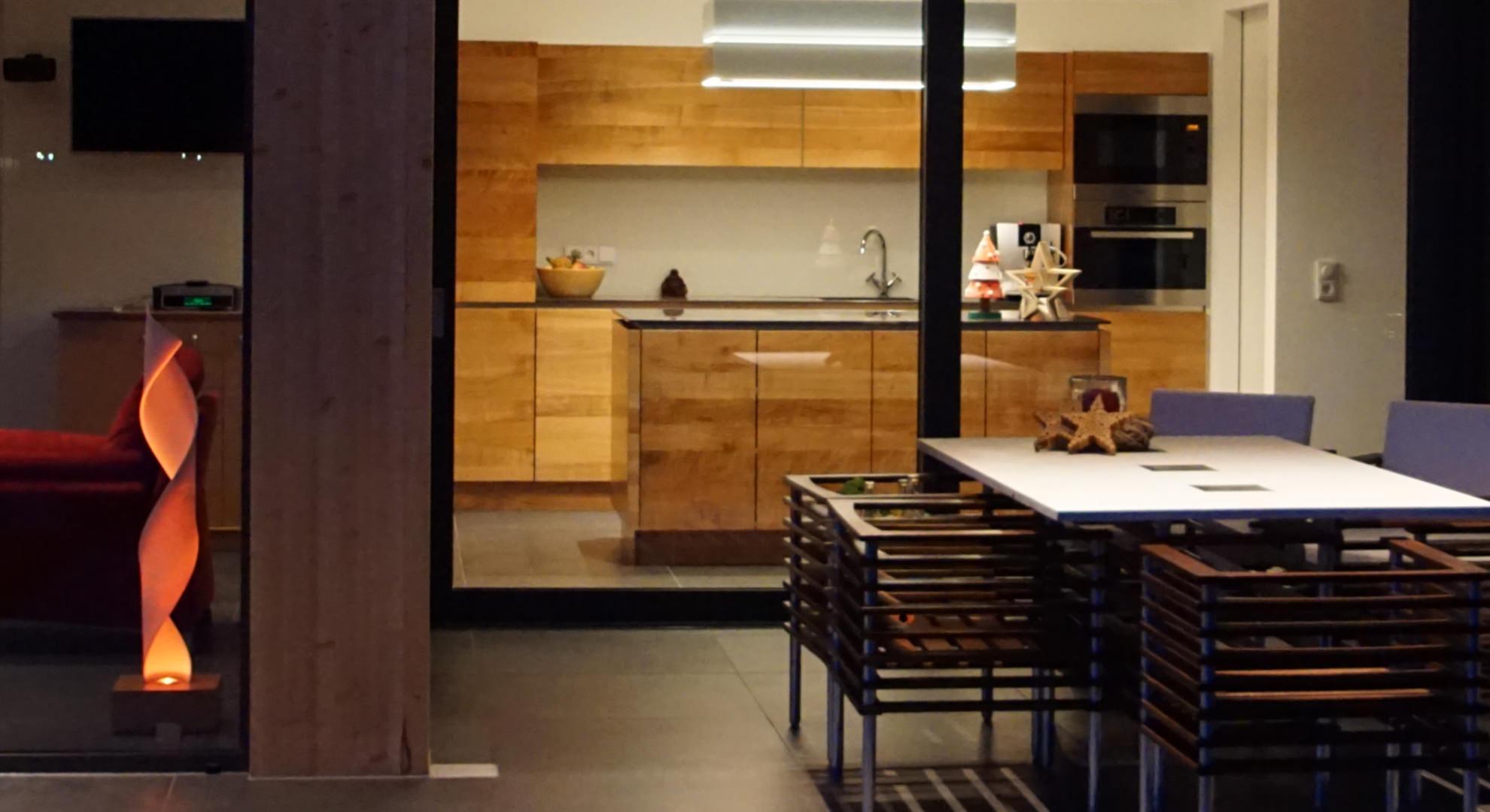 Stimmungsvoller Küche und Küchenblock aus massivem Kirschbaum mit dunkler Arbeitsfläche aus Corian