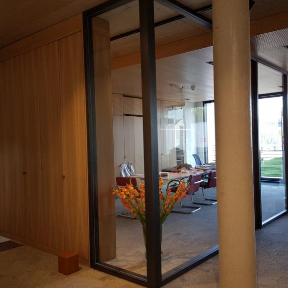Objekteinrichtung eines Büros mit Glastrennwänden in Eichenholz