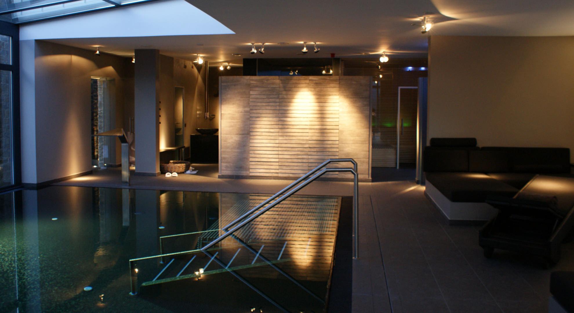 Schöner Wellnessbereich in einem Hotel in Holz und Stein