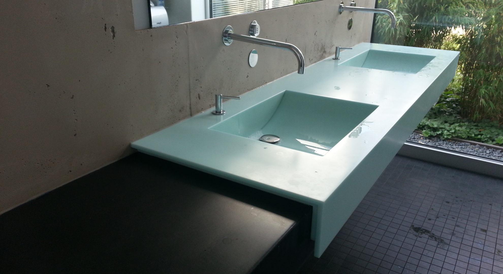Modernes farbigem Corian Doppelbecken auf Estrichplatte