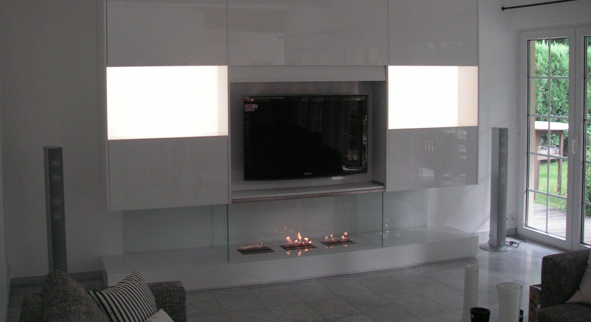 Wohnraumwand mit verstecktem Fernseher, Inneneinrichtung in Hochglanz.