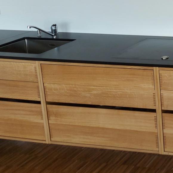 Massivholz Küche mit schwarzem Granit